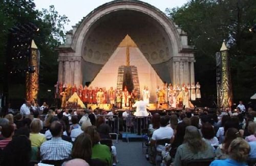 New-York-Grand-Opera-Company-in-Central-Park-500.jpg.jpe